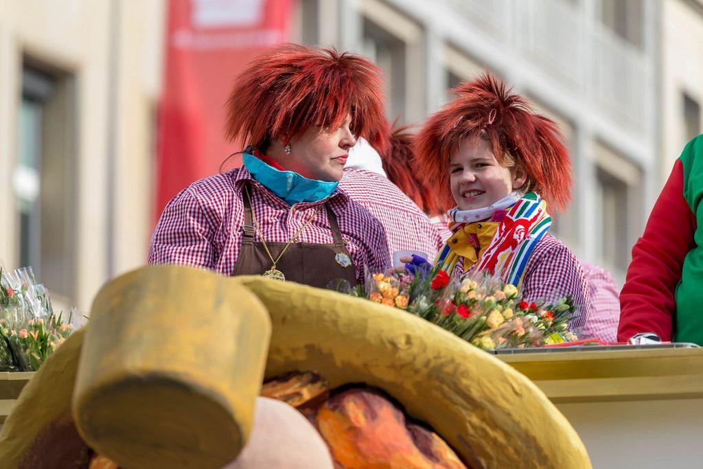 Rote, ungepflegte Haare und rot-weiß karierte Hemden - Kölner Karneval 2018