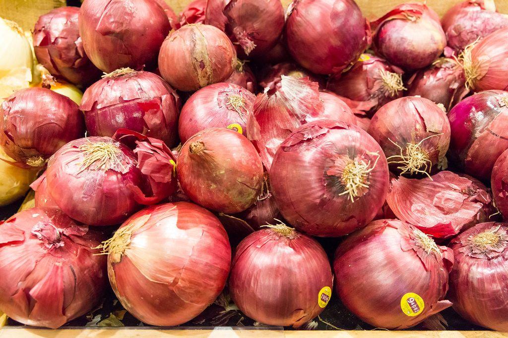 Rote Zwiebeln im Whole Foods Market