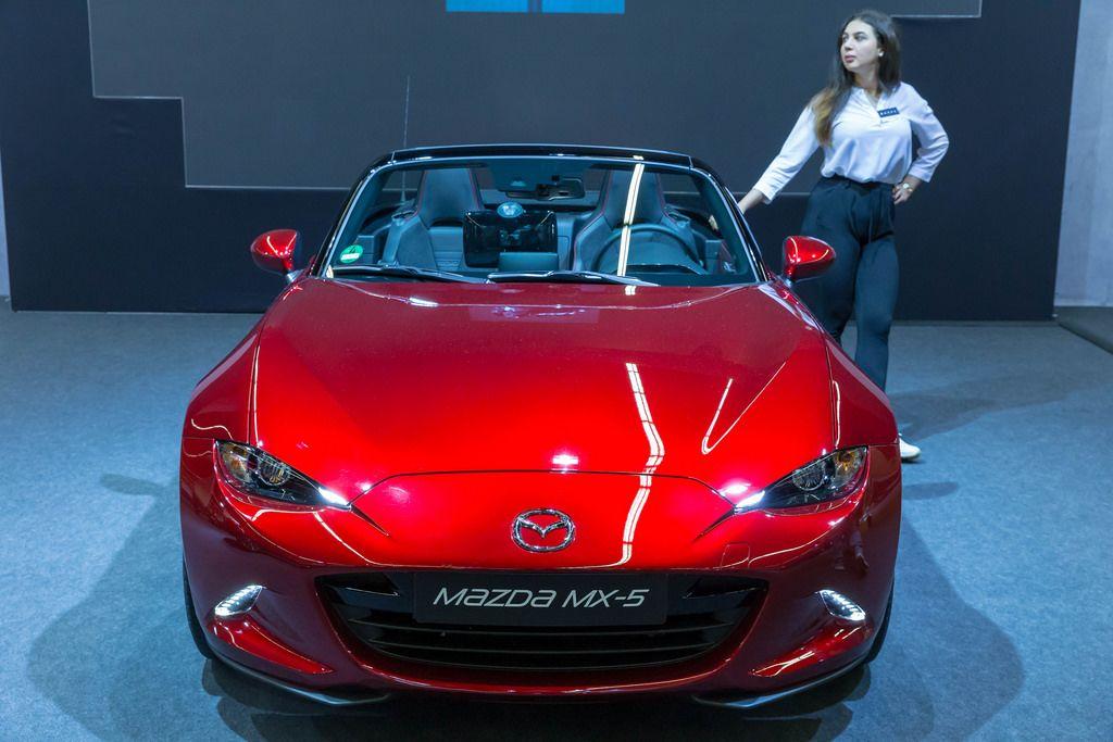 Roter Mazda MX-5 von vorne mit Hostesse an der Photokina in Köln