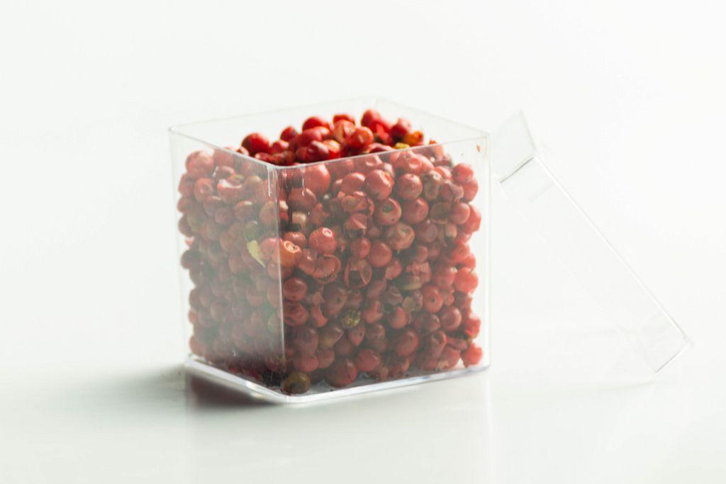 Roter Pfeffer in einer durchsichtigen Plastikbox