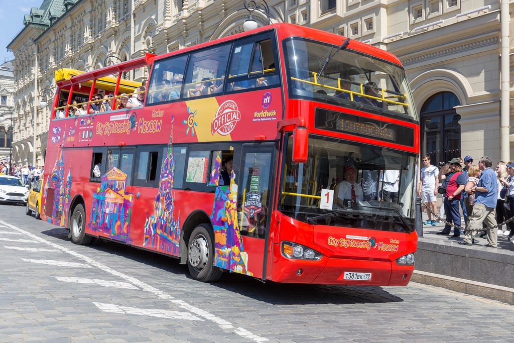 Roter Sightseeing Bus in Moskau