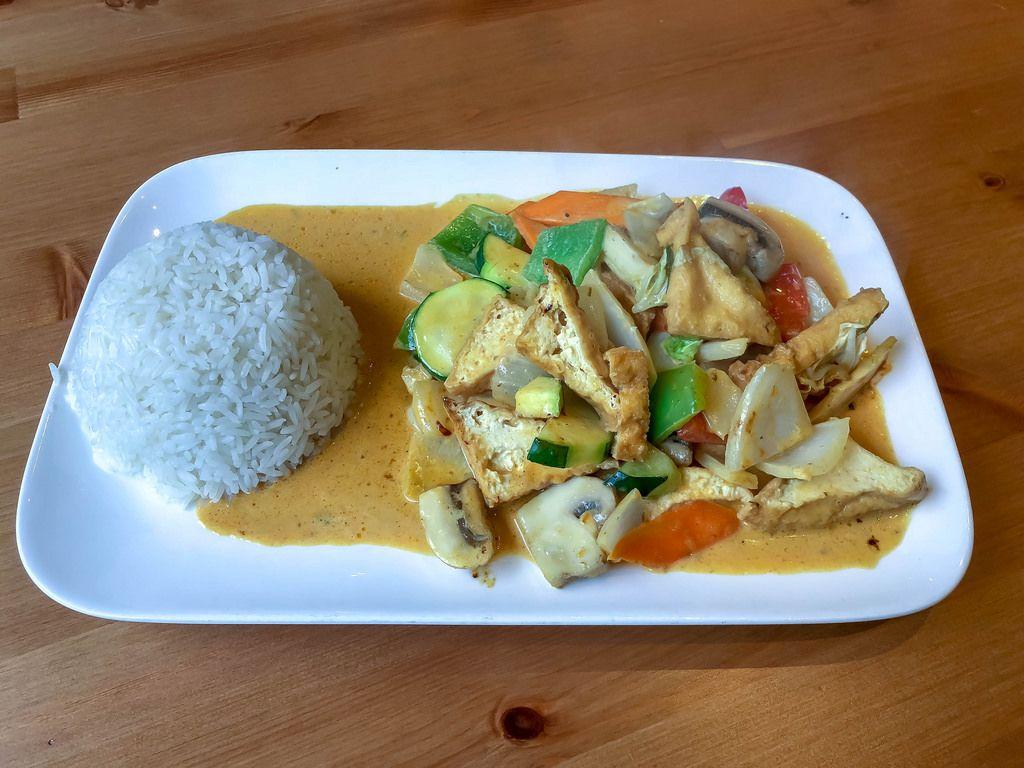 Rotes Thai Curry vegan mit Tofu, Zucchini, Paprika, Pilzen und Möhren und Reis