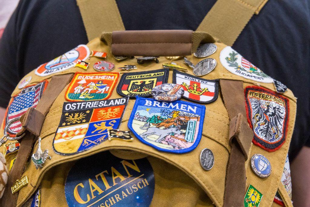 Rucksack mit Patches von Spielen, Städten und Ländern in der Nahaufnahme