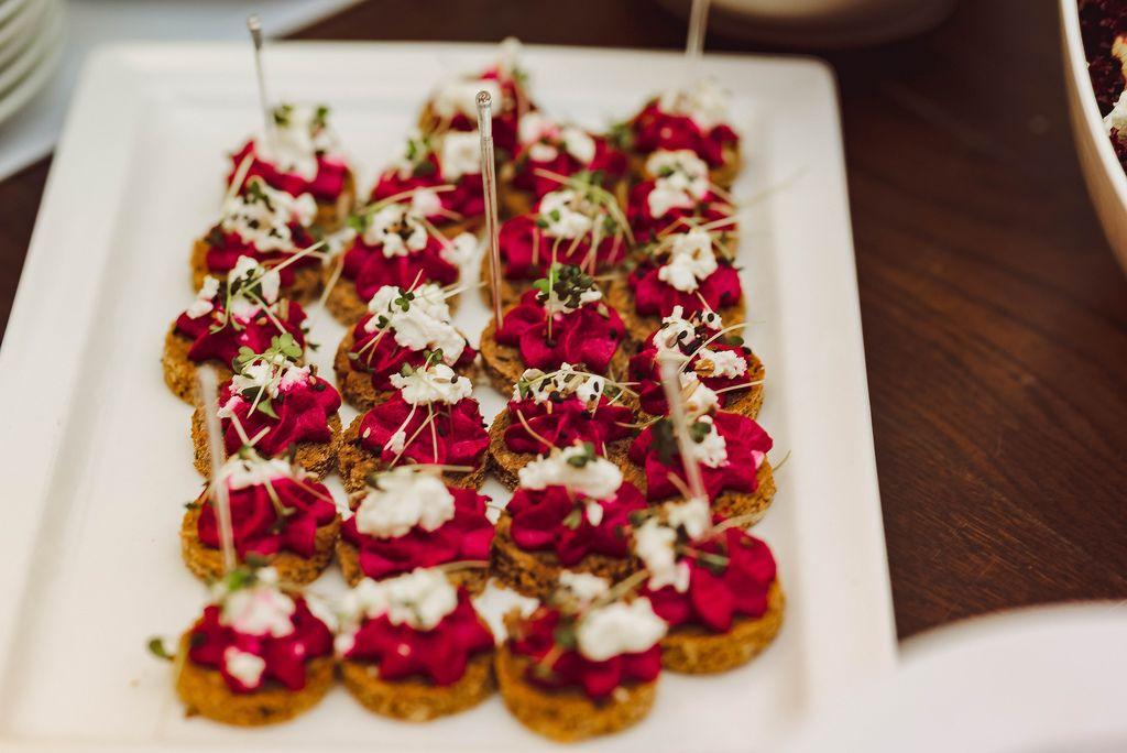 Runde Canapés aus Rote Beete Creme