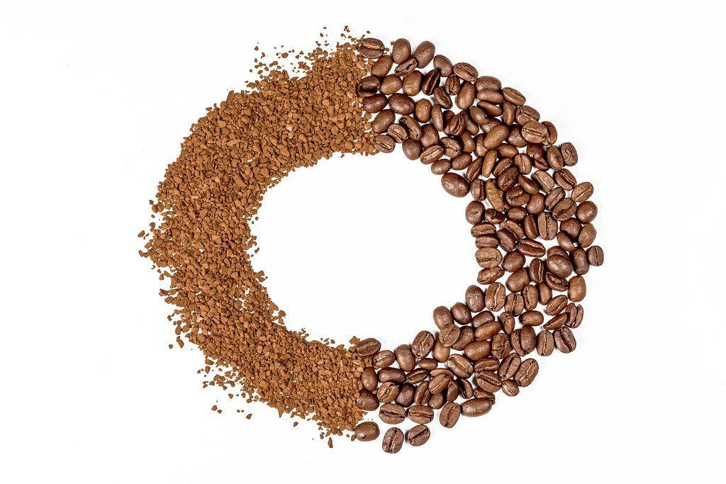 Runder Kaffee-Rahmen vor weißem Hintergrund. Aufnahme von oben
