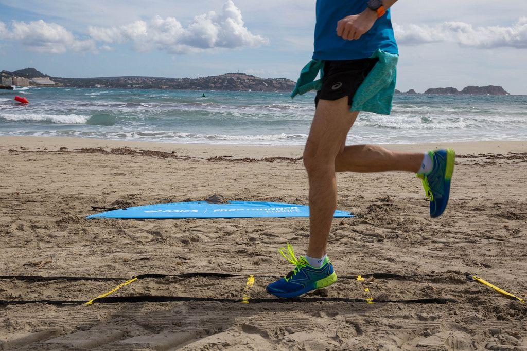 Runner  beim Training in bunten ASICS Laufschuhen, Meer im Hintergrund