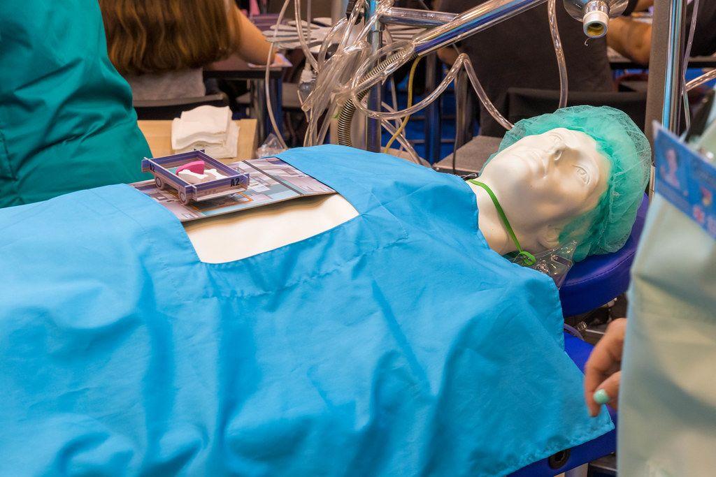 Rush MD Puppe als Patient mit Spielmaterial auf der Brust