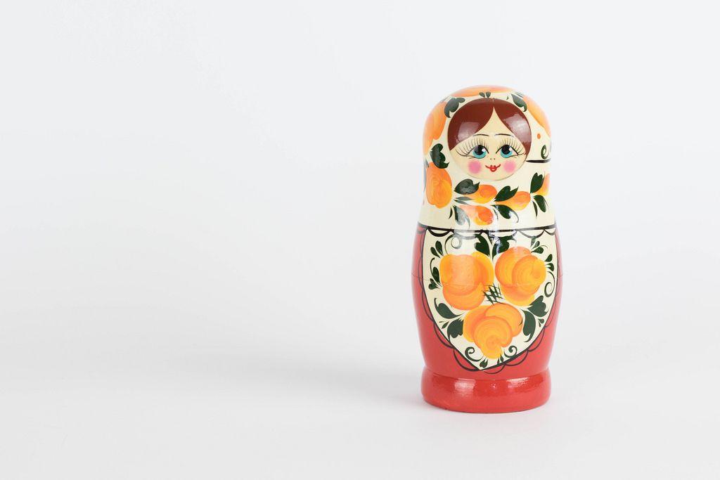 Russische Matrjoschka Puppe vor weißem Hintergrund