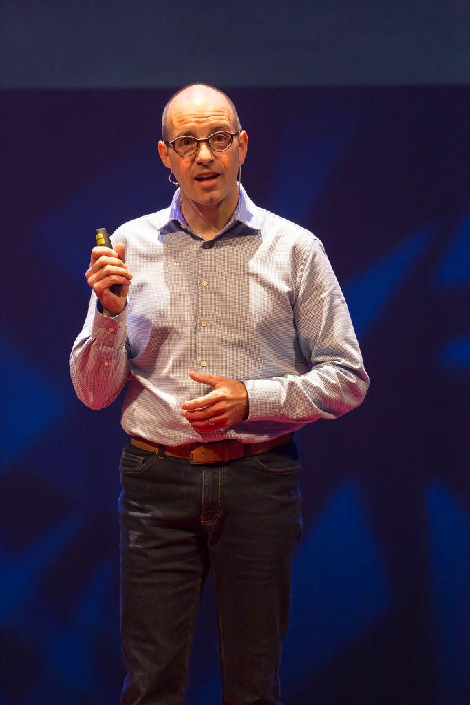 Ruud Dullens hält einen Vortrag über virtuelle Realität und Wissensaufbereitung bei der TEDxVenlo 2017