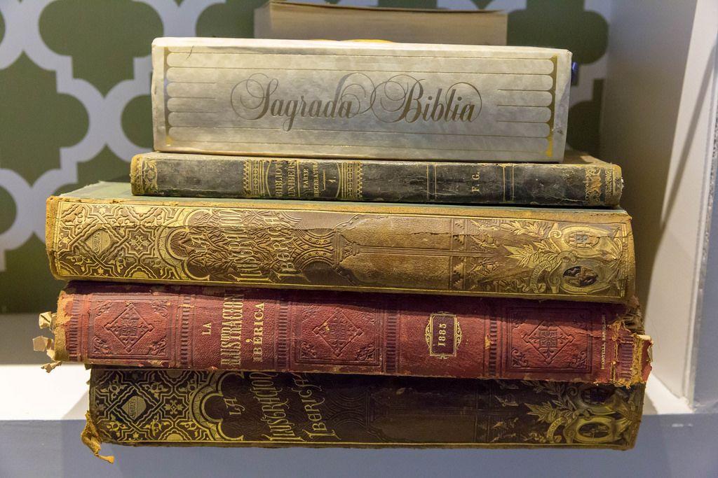Sagrada Biblia und verschiedene Ausgaben der La Ilustracion Iberica