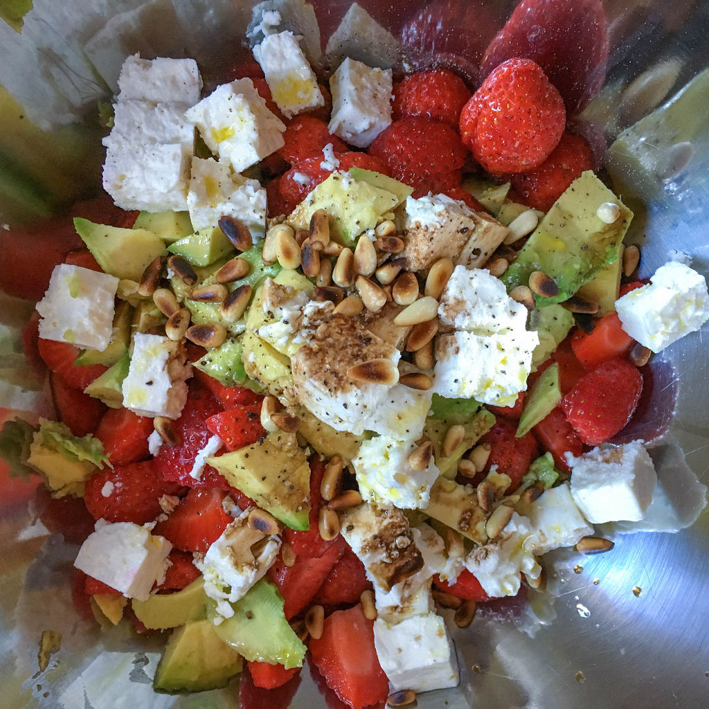 Salat mit Avocado, Pinienkernen, Erdbeeren und Schafskäse