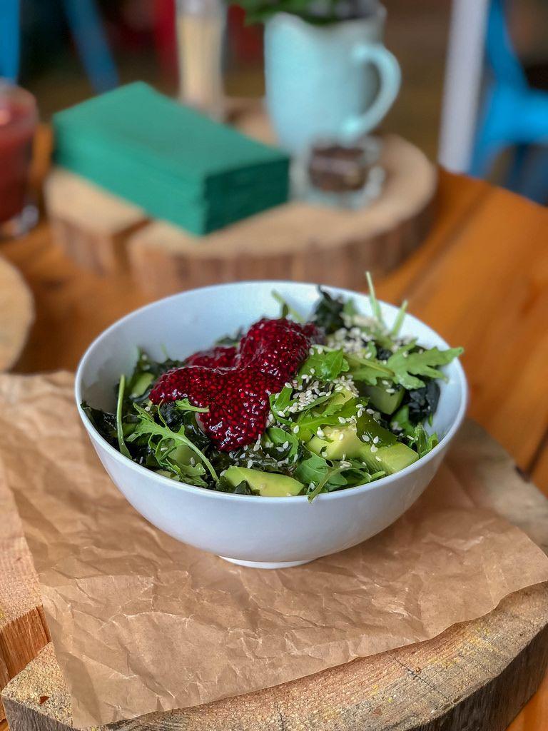 Salat mit Avokado, Wakame, Kiwi, Rucola, Honig, Sesamöl, Sushi-Sauce, Chia Kaviar