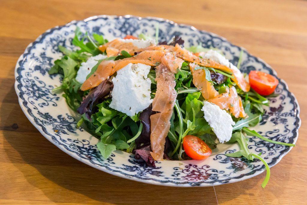 Salat mit Lachs und Ziegenkäse