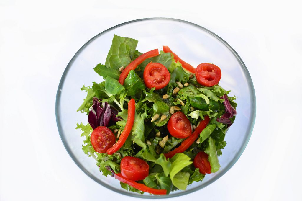 Salat mit Paprika und Kirschtomaten in Glasschüssel