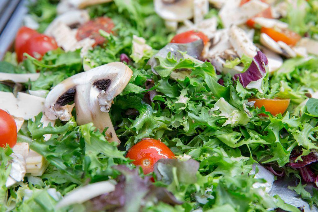 Salat mit Rukola, Cherrytomaten, Rotkohl, Champignons und Käse