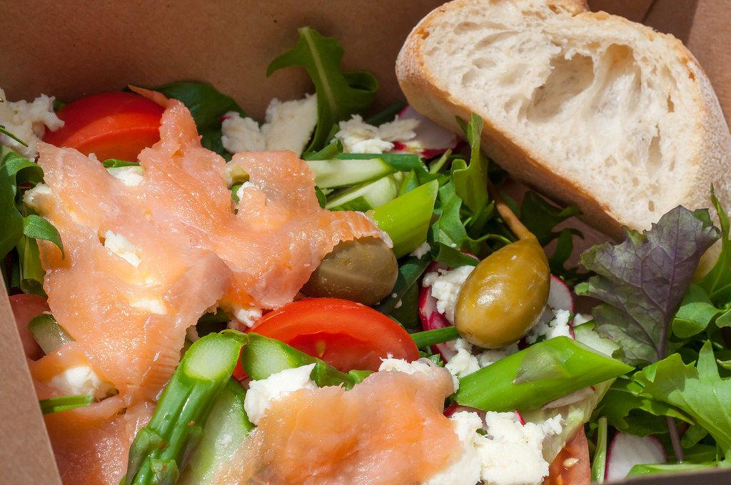Salat mit Spargel, Lachs und Feta