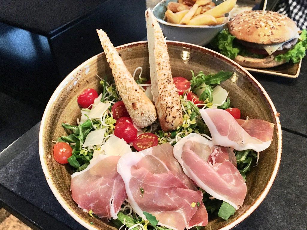 Salat Wanderlust bei Hans im Glück mit Schinken, Tomate und Rucola