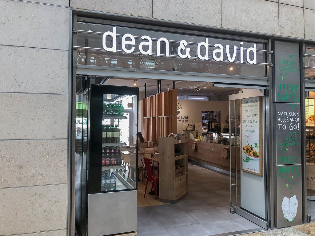 Salatbar Dean & David am Kölner Hauptbahnhof, mit offener Tür zum kleinen Sandwich- und Saftrestaurant