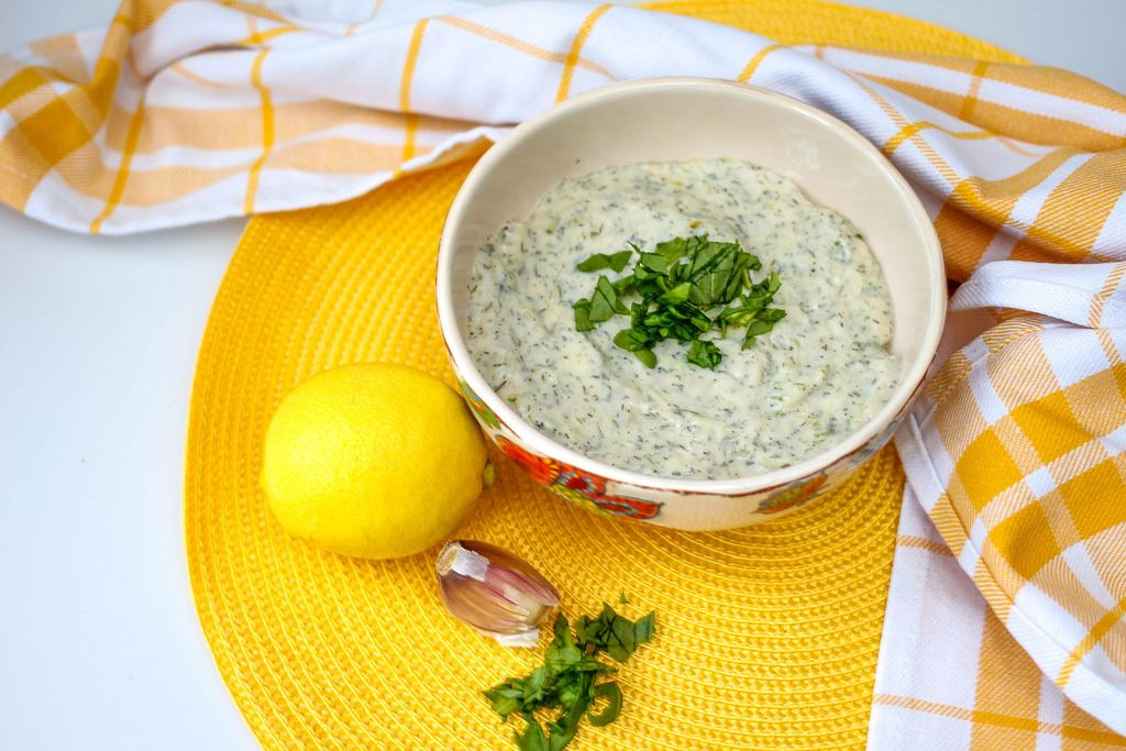 Salatdressing mit Zitrone und Joghurt