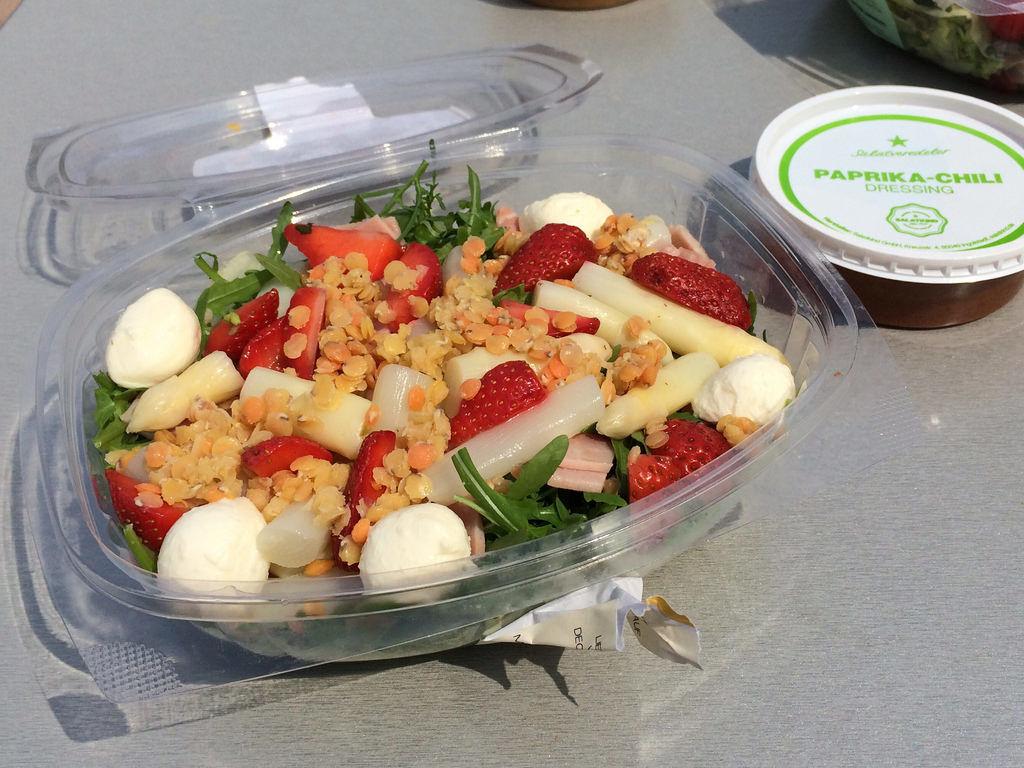 Salatkind Salat mit Spargel und Erbeeren.