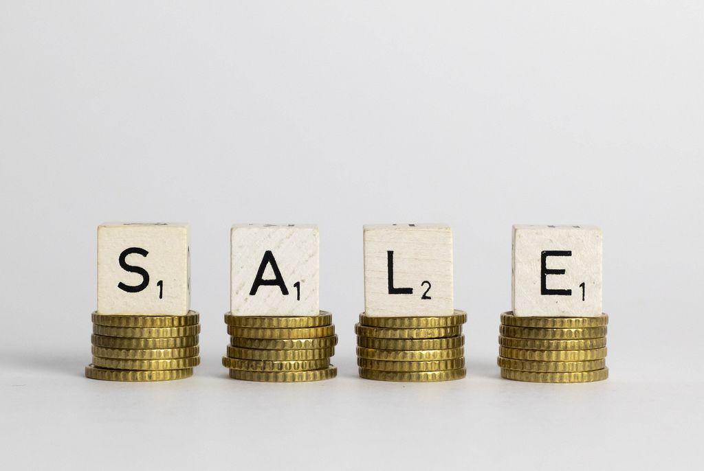 Sale: Englischer Begriff für Verkauf/Absatz/Schlussverkauf buchstabiert auf goldenen Euro-Münzen - Makro-Frontaufnahme