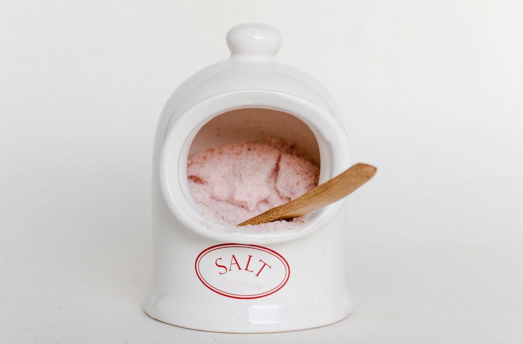 Salzschüssel mit Holzlöffel