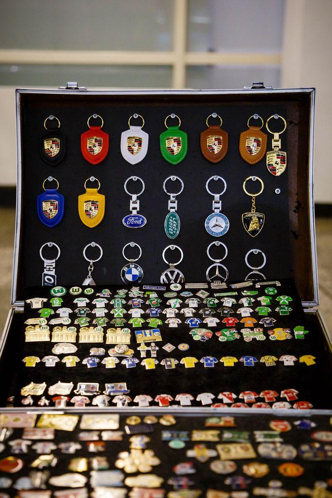 Sammlung von verschiedenen Emblemen und Schlüsselanhänger