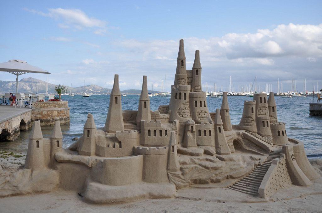 Sandburg auf einem Strand auf Mallorca
