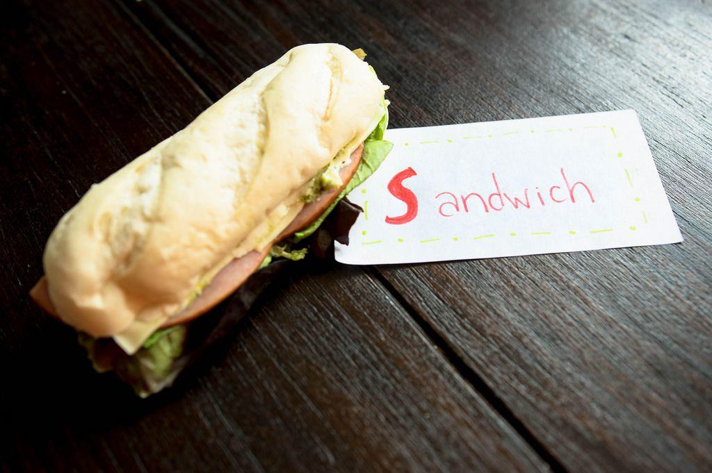 SANDWICH Aufschrift neben einem Sandwich