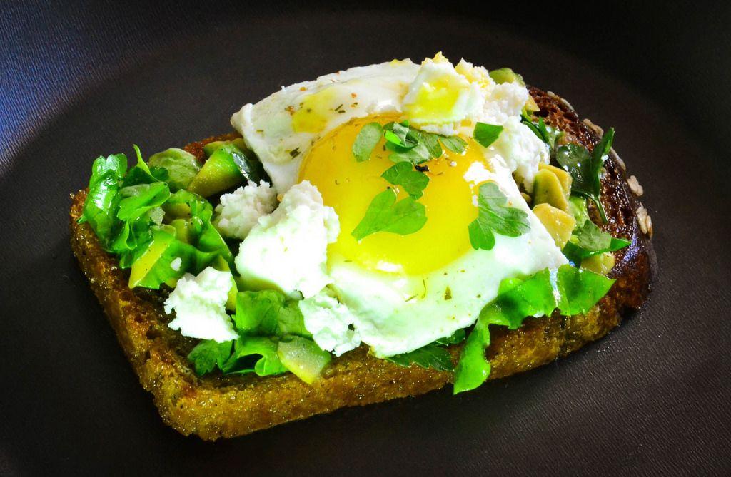 Sandwiches mit Avocado, Ei und Käse