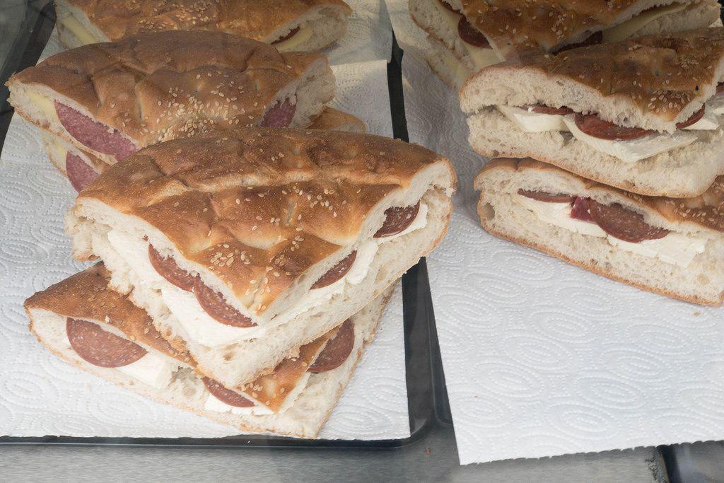 Sandwiches mit Fladenbrot, Salami und Käse