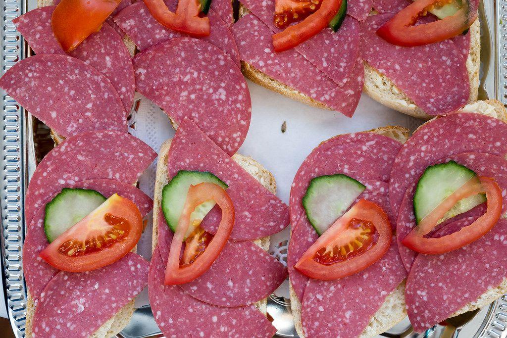 Sandwiches mit Salamiwurst, Gurke und Tomate