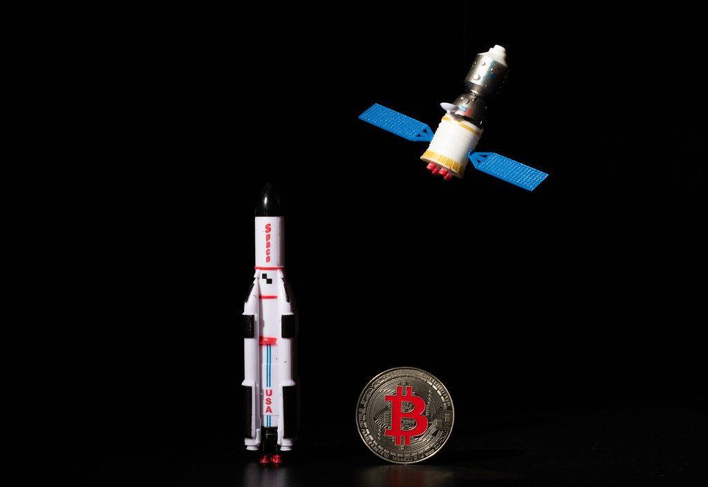 Satellit and Raumschiff vor schwarzem Hintergrund