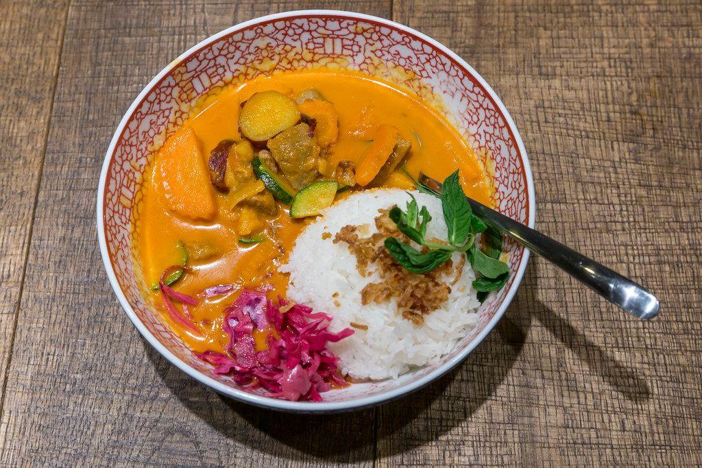 Scharfes Red Hot Chili Curry im asiatischen coa-Restaurant: Geschmortes Rinderfleisch mit Süßkartoffeln, Karotten, Zucchini & Jasmin-Duftreis