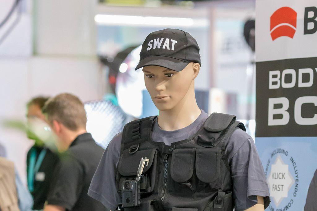 Schaufensterpuppe Mannequin mit Schutzweste und Swat-Kappe