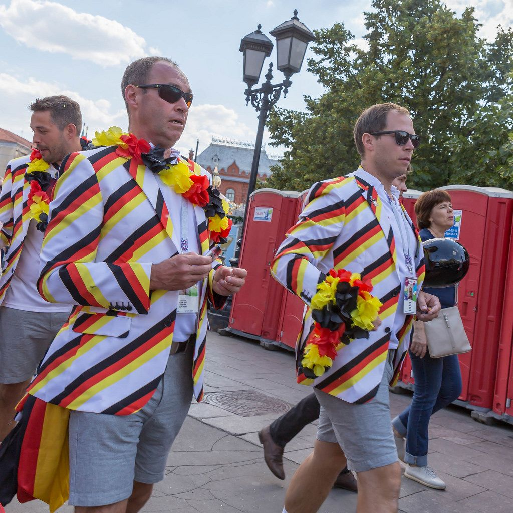Schick gekleidete Fußball-Fans aus Deutschland