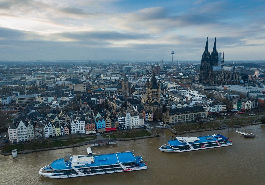 Schiffe der Köln-Düsseldorfer Deutsche Rheinschiffahrt AG bei Kölner Hochwasser