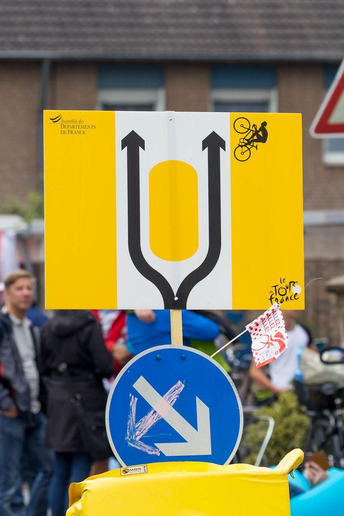 Schild an Verkehrsinsel für Tour-Fahrer