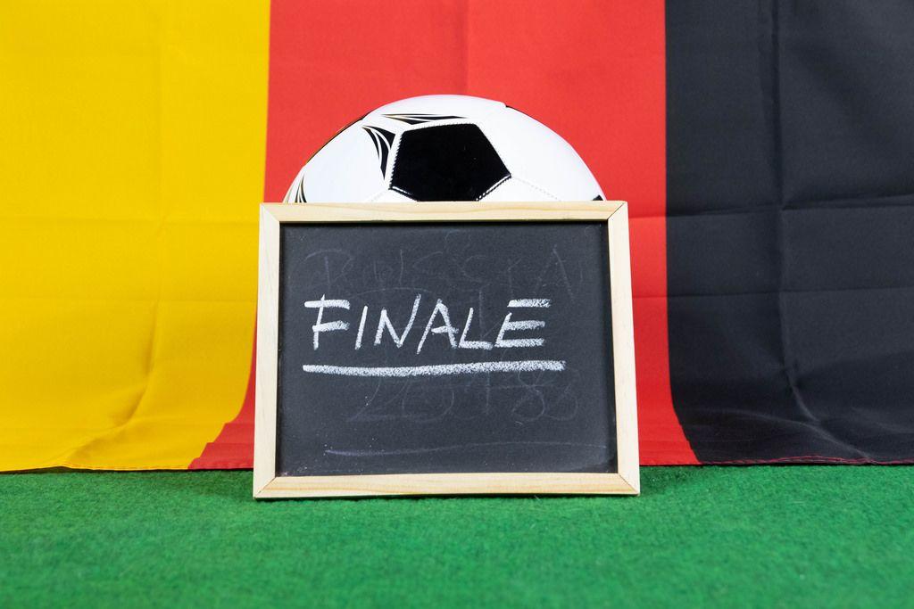 Schild mit der Aufschrift Finale und deutsche Flagge