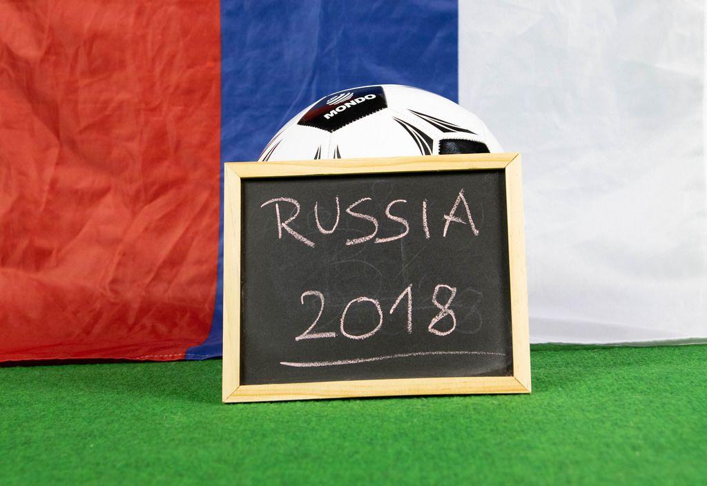 Schild mit der Aufschrift Russia 2018 und russische Flagge