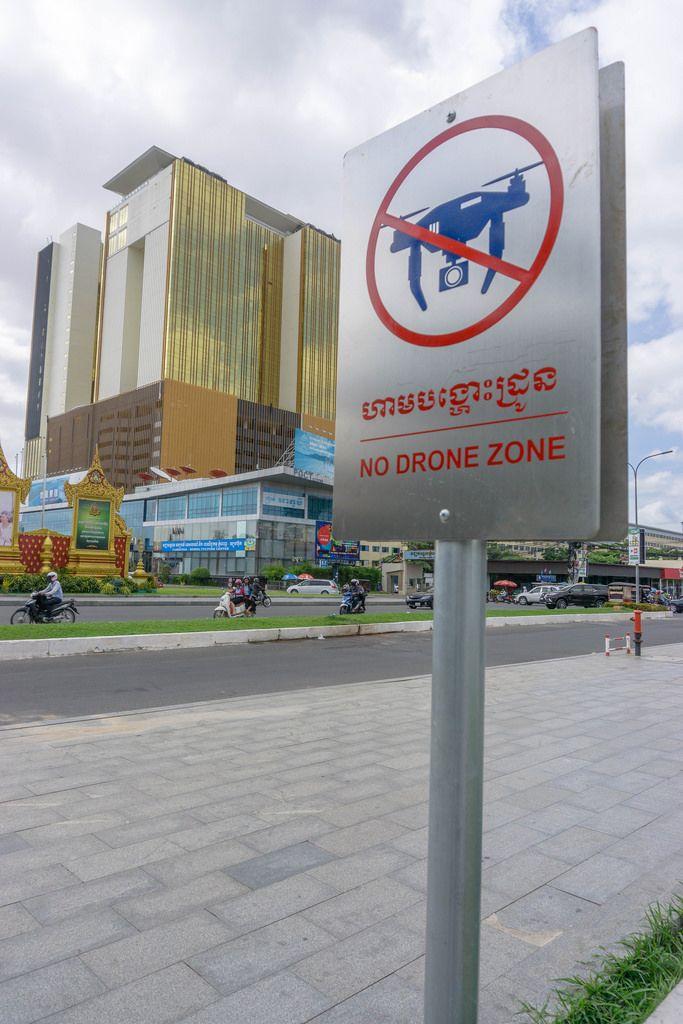 Schild weißt auf dronenfreie Zone hin in Phnom Penh