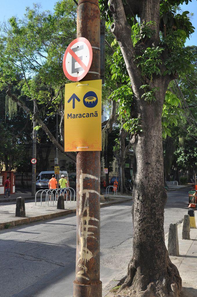 Schild zeigt die Richtung zum Maracanã-Stadion - Fußball-WM 2014, Brasilien