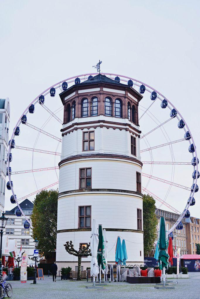 Schlossturm und Riesenrad am Burgplatz in Düsseldorf