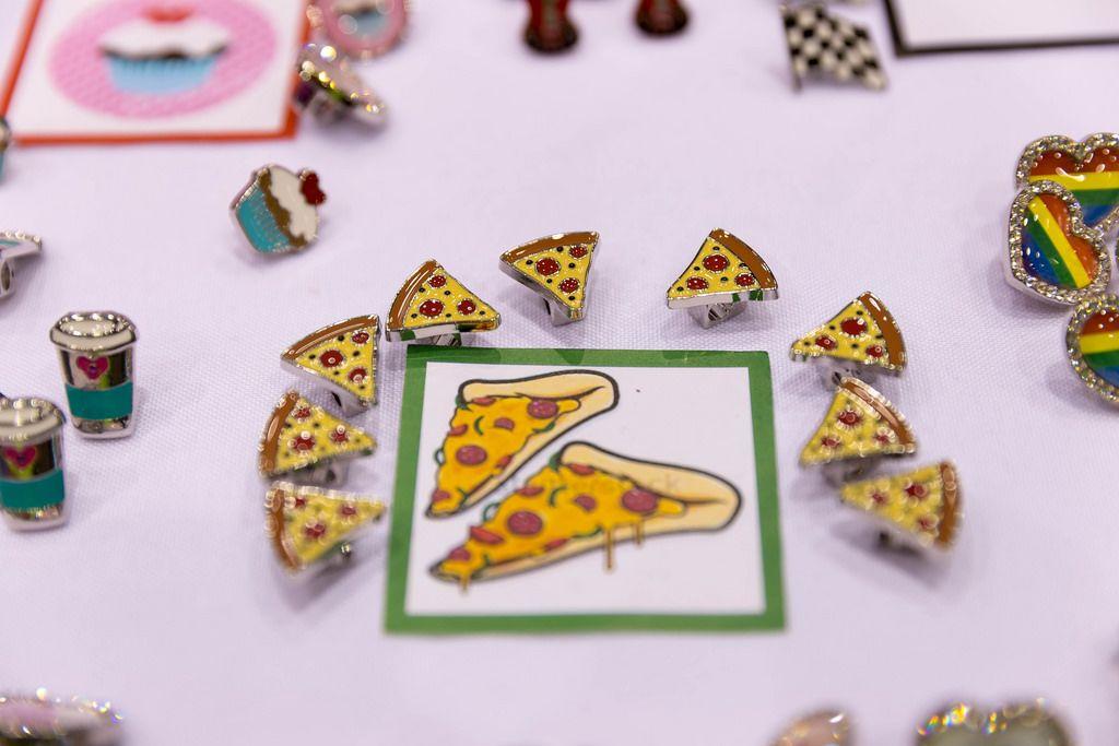 Schmuck in Form von Pizza, Muffins, Herzen und Kaffeebechern
