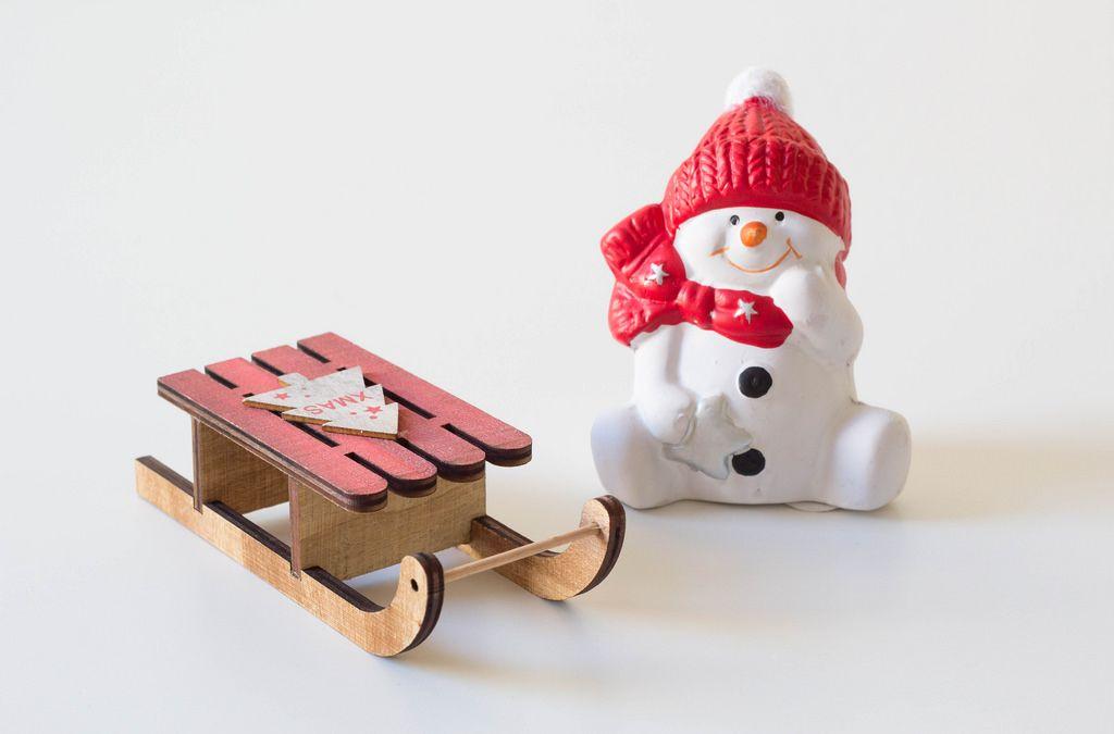 Schneemann mit Schlitten