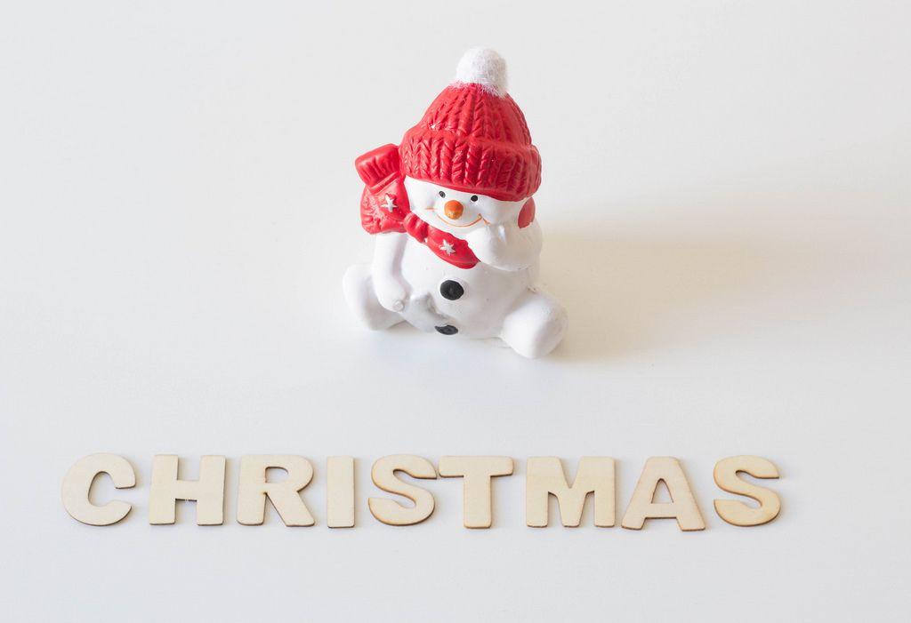 Schneemann wartet auf Weihnachten