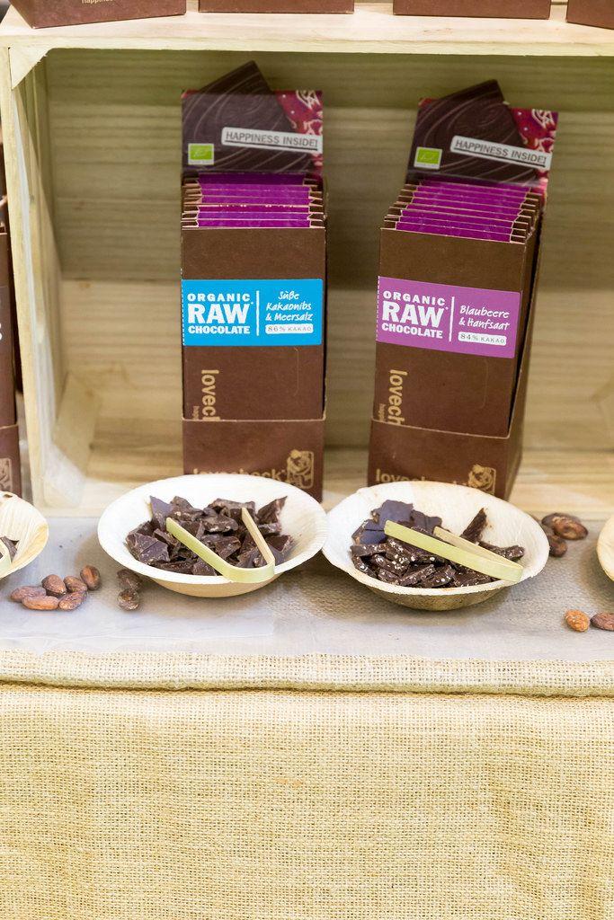 Schokolade mit Blaubeere und Hanfsaat und Süße Kakaonibs & Meersalz von Lovechock