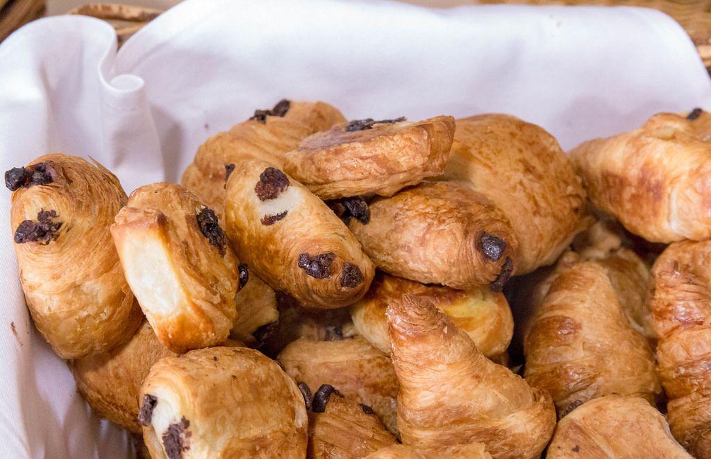 Schokoladen-Brötchen und Schokoladen-Croissants