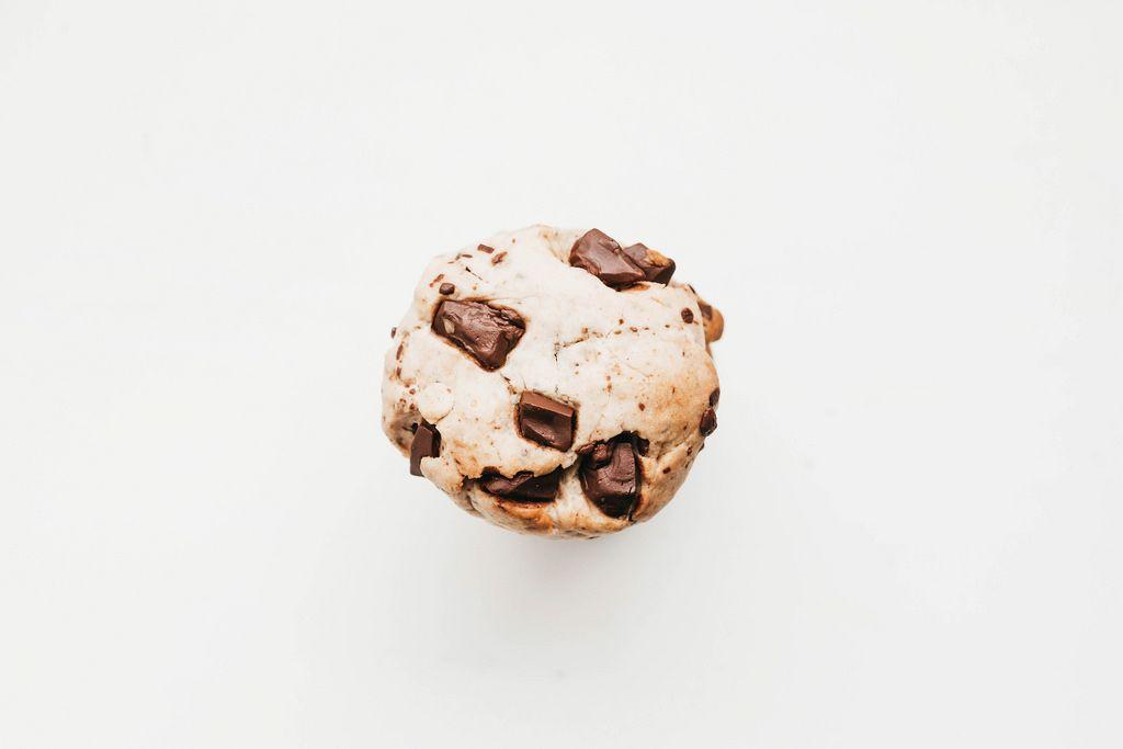 Schokoladen Cookie mit großen Schokostückchen auf weißem Hintergrund