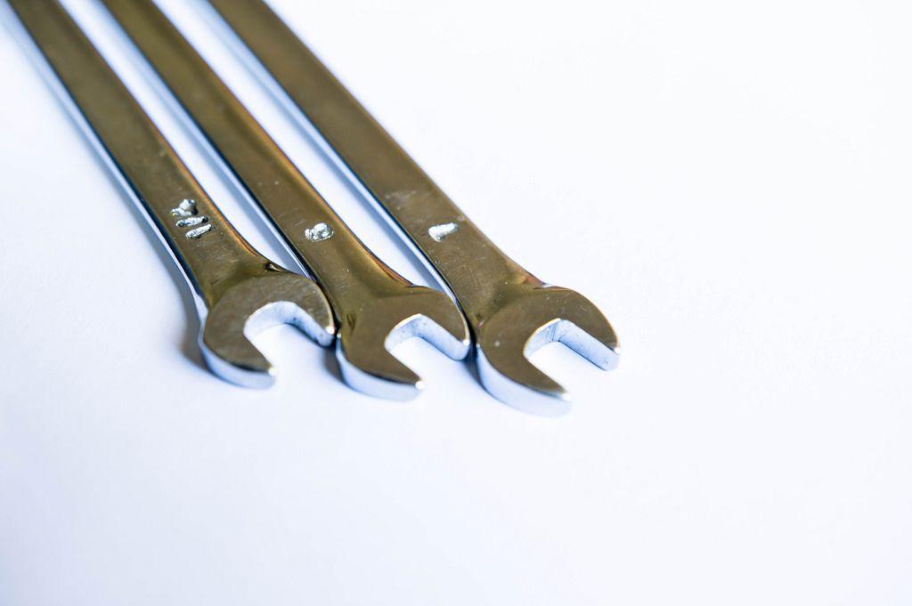 Schraubenschlüssel verschiedener Größen auf weißem Hintergrund